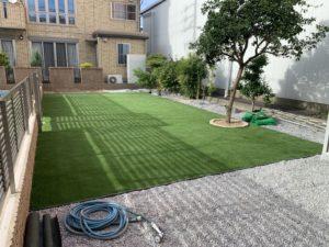 広々とした人工芝の庭